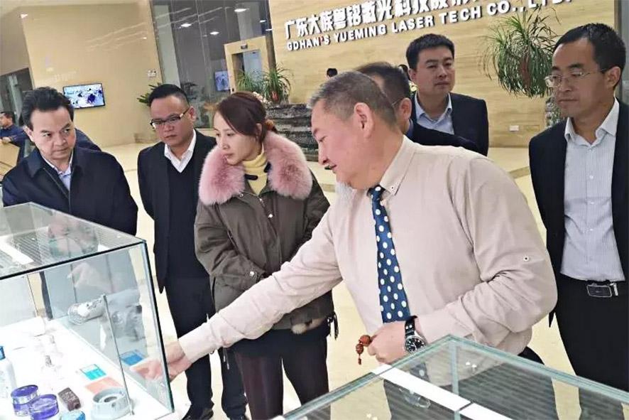 在刘总的陪同下,吴征副县长参观了pk10投注平台产品展示厅